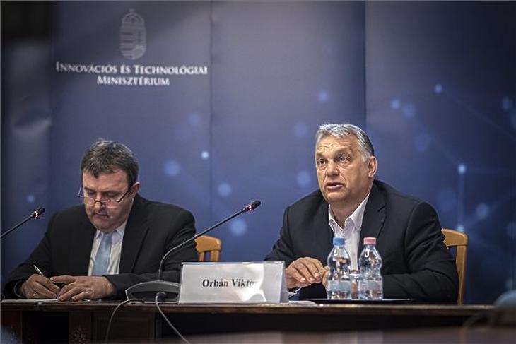Illusztráció: Orbán Viktor és Palkovics László a kormány és a gazdasági kamarák negyedik videókonferenciáján az ITM épületében 2020. március 30-án. MTI/Miniszterelnöki Sajtóiroda/Benkő Vivien Cher