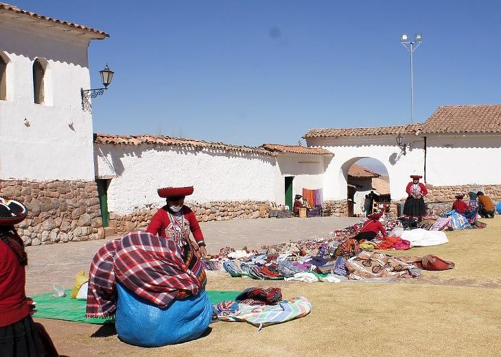 Vidéki szuvenírárusok Chinchero romkertjében. Aligha adnak számlát