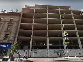 Megvették az elátkozott telek betontorzóját, és mégsem fejezik be