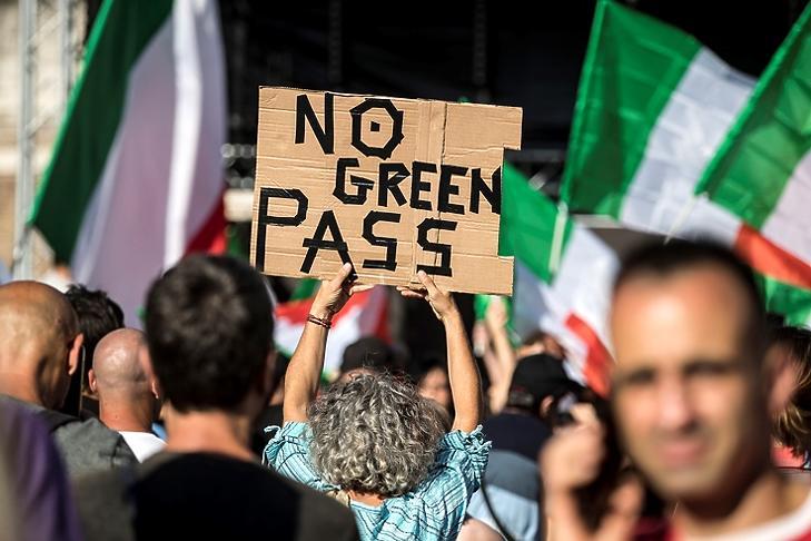 Hátrányban az oltatlanok:  a Zöld Igazolvány ellen demonstrálnak tüntetők Rómában 2021. augusztus 7-én. EPA/ANGELO CARCONI