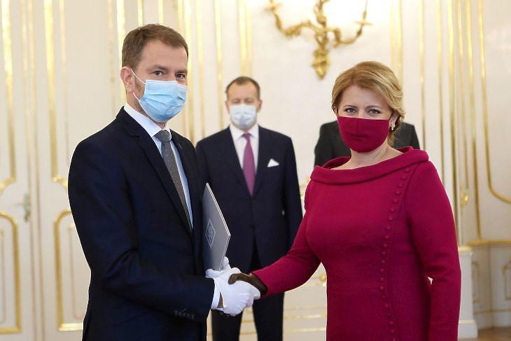 Divatdiktátorok: Zuzana Caputova szlovák elnök és  Igor Matovic szlovák miniszterelnök az új kormány beiktatási ceremóniáján Pozsonyban  2020. március 21-én. EPA/SLOVAK PRESIDENT'S OFFiCE