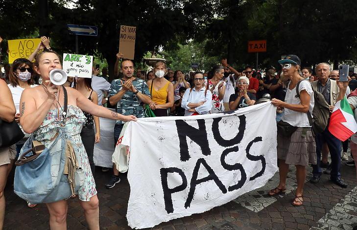 A koronavírus elleni védekezésképpen bevezetett védettségi igazolványt ellenzők tüntetnek Milánóban 2021. augusztus 7-én. (Fotó: MTI/EPA/ANSA/Matteo Bazzi)
