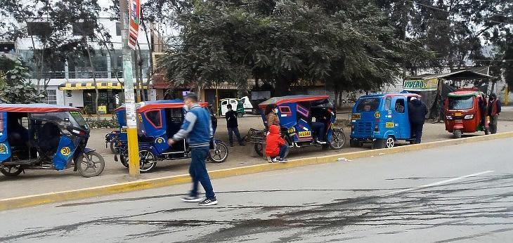 Mototaxik (három kerekű, főleg taxinak használt, néha motorkerékpárból átalakított gépjárművek)