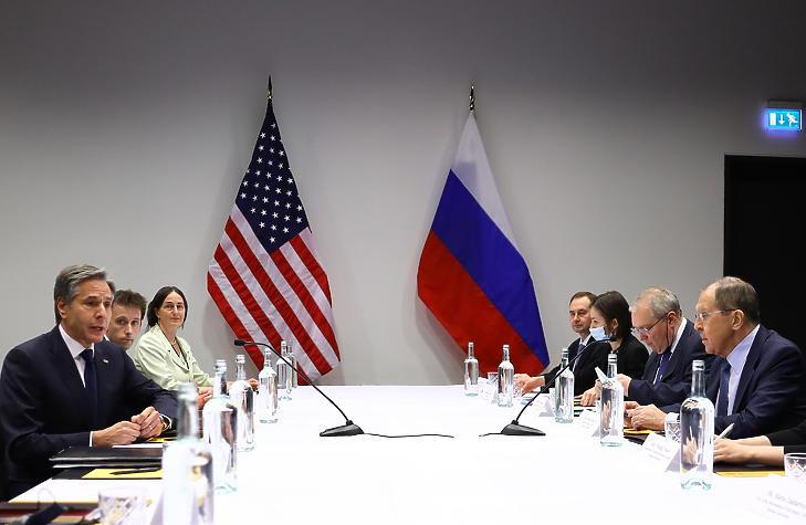 Szergej Lavrov orosz külügyminiszter (j) és Antony Blinken amerikai külügyminiszter (b) tárgyal Reykjavíkban 2021. május 19-én, egy nappal az Északi-sarkvidéki Tanács ülése előtt. (Fotó: MTI/EPA/Orosz külügyminisztérium)