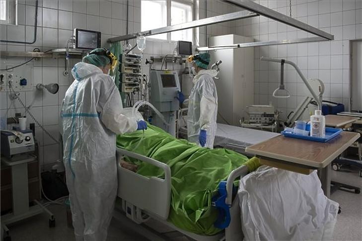 A budapesti Szent János Kórház Covid-osztályán. Fotó: MTI