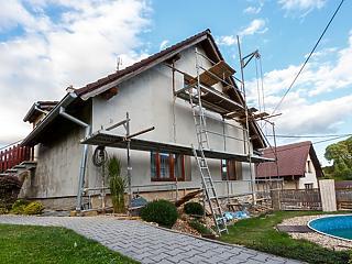 Ott épül sok lakás és áruház, ahová itthon vándorol a magyar