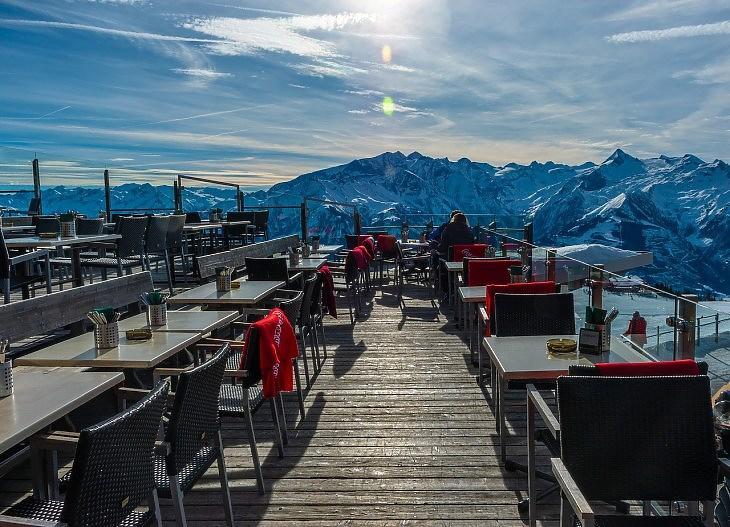Üres étterem az Alpokban (Pixabay.com)