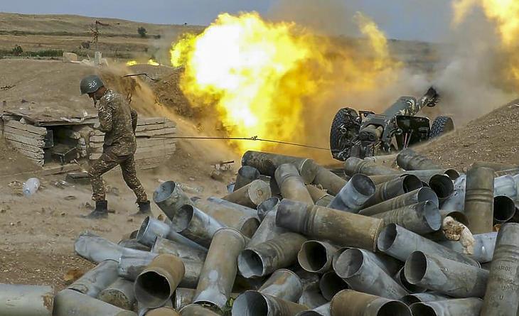 Összecsapnak az azeri és az örmény fegyveres erők a vitatott hovatartozású Hegyi-Karabahban 2020. október 6-án. (Fotó: MTI/EPA/Örmény védelmi minisztérium)