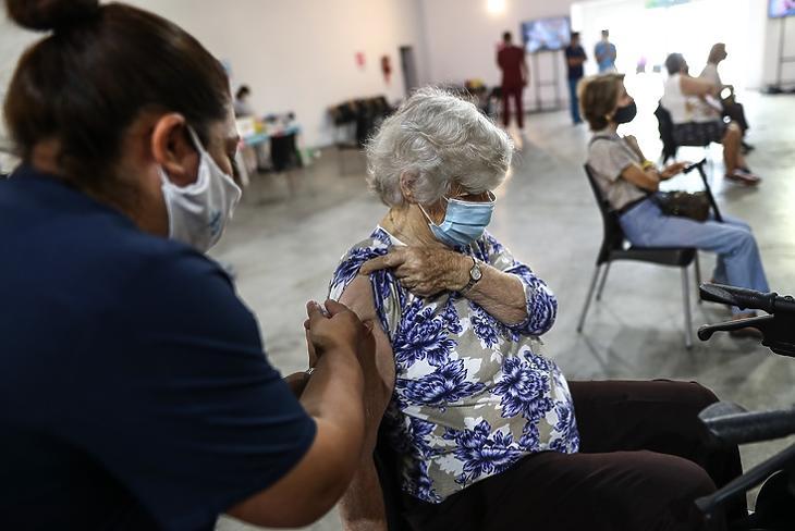 Időseket oltanak az orosz Szputnyik vakcinával a  Tecnopolis Campusban Argentína fővárosában, Buenos Airesben 2021. április 15-én. EPA/Juan Ignacio Roncoroni